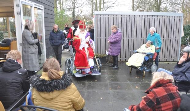 Sinterklaas arriveert op de nieuwe rolstoelfiets bij de Texelse Reede.