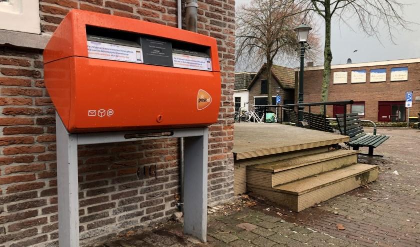 De brievenbus bij het postkantoor. De verdwijnsticker zit er al op.