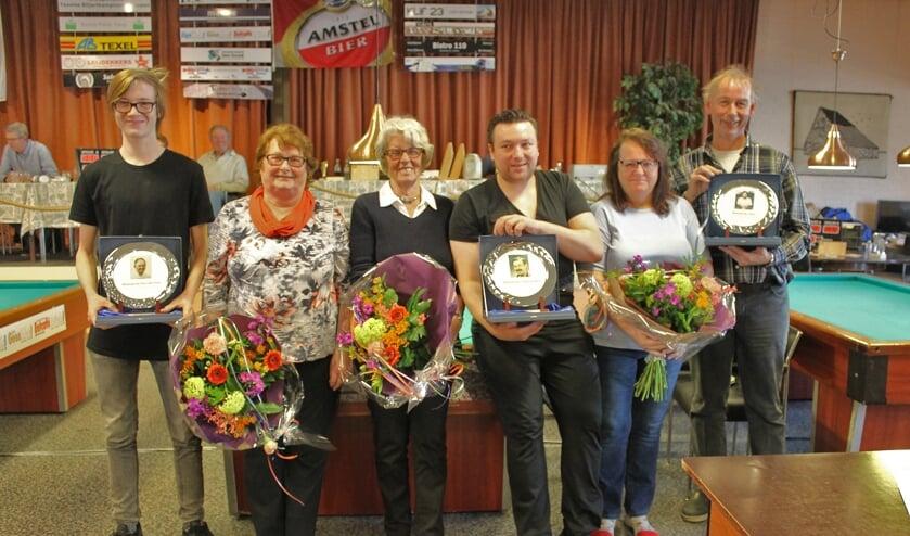 Max Aubertijn, Kevin Knol en Cor Elsendoorn met de drie prijzen die vernoemd zijn naar drie vermaarde Texelse biljarters.