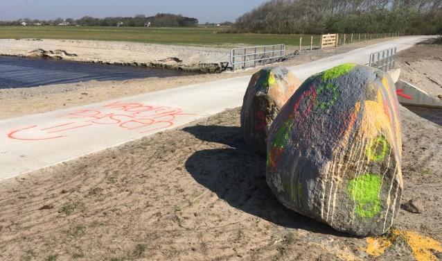 De besmeurde zwerfkeien van 500 miljoen jaar oud langs het fietspad in Waalenburg.