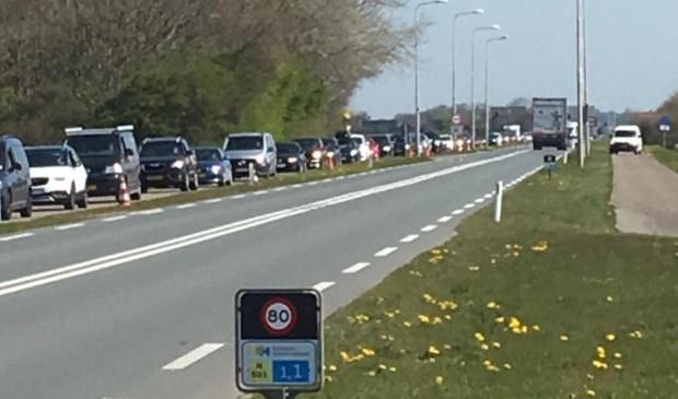 De rij auto's langs de Pontweg.