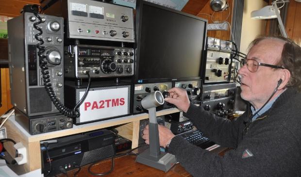 <p>Thomas Stiehl met de radiozendapparatuur.</p>