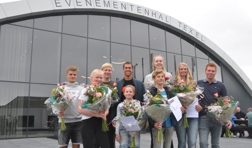 Dorian van Rijsselberghe met de Texelse sporters die hij via de Dorian Foundation gaat steunen.