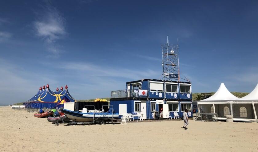 Het containerdorp staat weer op het strand met op de achtergrond de tent van Waves.