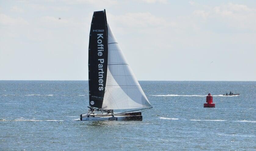 De doorkomst van de eerste catamaran ter hoogte van Oudeschild.