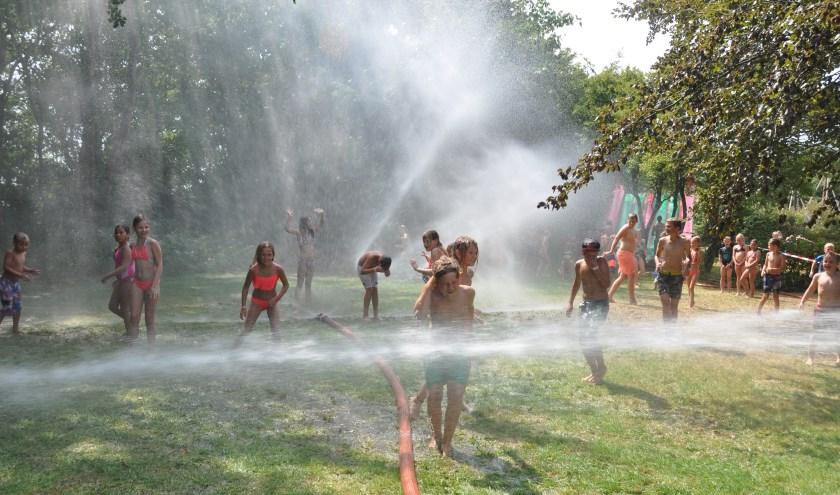Juli 2018: De brandweer houdt de jeugd koel tijdens de hitte waar Bouwdorp onder zucht.