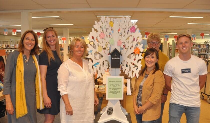 De wensboom in het midden van de bibliotheek.