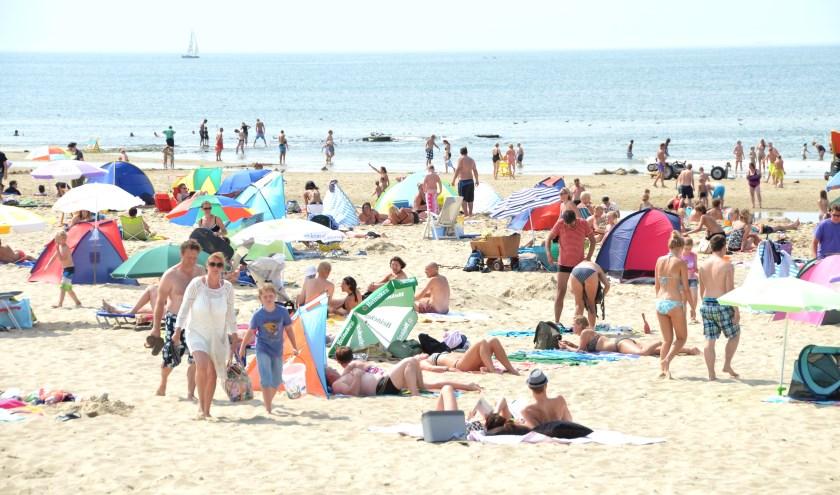 Volop drukte op het Texelse strand.
