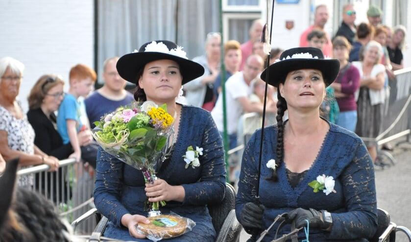 Petruska Timmer met links dochter Dorinda werd winnaar van het Texels kampioenschap ringsteken.