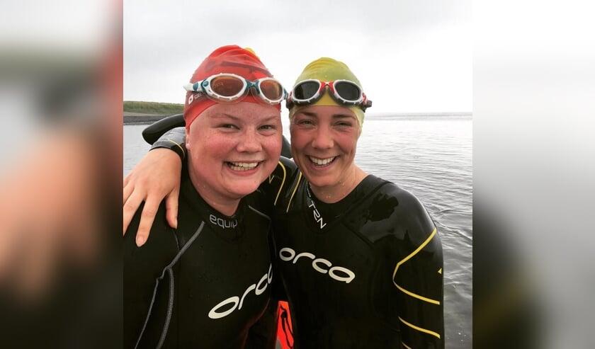 Marit Verkaart (links) met zwemmaatje Lies Lemstra.