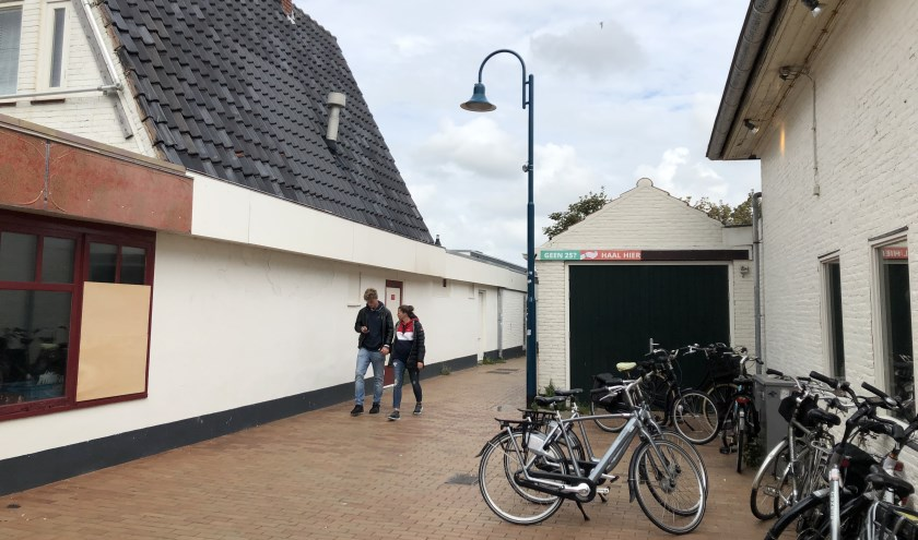 De steeg van de Dorpsstraat naar de Nikadel met rechts het oude brandweerhuisje.