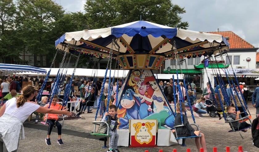 Draaimolen op de zomermarkt in Den Burg.