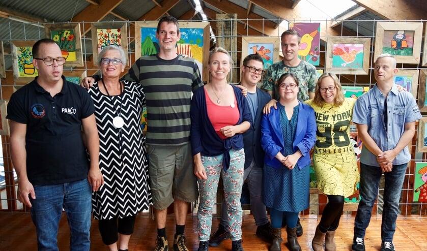 De deelnemers aan de expositie van BinnensteBuiten met in het midden Anne Klaarwater.