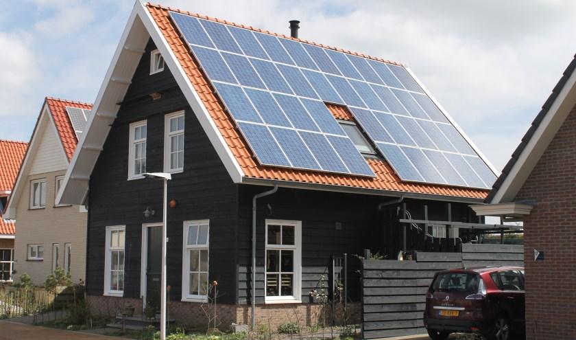 Zonnepanelen op dak om energie op te wekken.