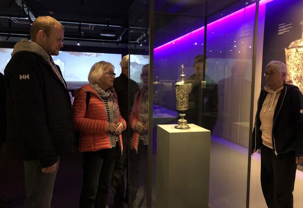 Bezoekers bij pronkbeker Museum Kaap Skil Foto: Museum Kaap Skil © Mediabureau Langeveld & De Rooy