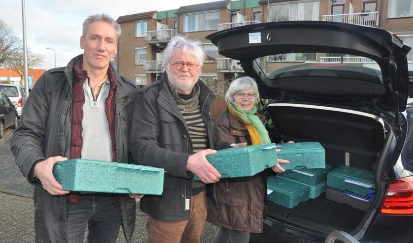 Wally van Beek (PR-commissie Texelse landbouw), Henk Snijders en Marijcke Snijders laden de maaltijden met de Texelse producten in de auto om rond te brengen voor Tafeltje Dekje.