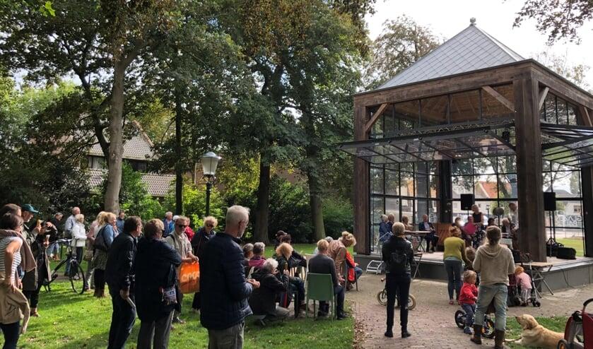 Lauri Brons en Dick Groot speelden vorig jaar al Joni Mitchell in het Glazen Paleis in Den Burg.