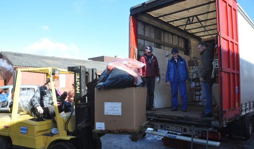Hulpgoederen laden voor Oost-Europa.