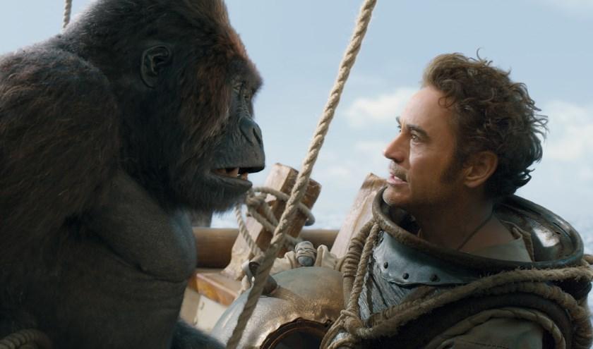 Gorilla Chee-Chee (Rami Malek) en Dr. John Dolittle (Robert Downey Jr.) in Dolittle.