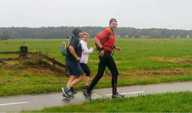Een aantal mensen liep in 2019 alsnog op eigen initiatief in de stromende regen het parcours van de afgelaste Texel Halve Marathon.