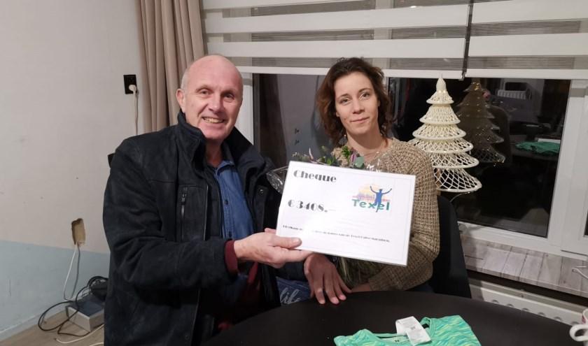 Nico Erwicht overhandigt de cheque aan Michelle van Brussel.