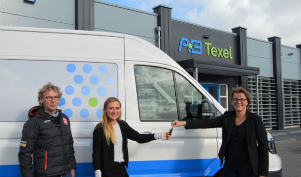 <p>Nelleke van Heerwaarden van AB Texel overhandigde veldrijdster Denise Betsema eerder deze week de sleutels van de nieuwe bus. Links vader en materiaalman John. &nbsp;</p>
