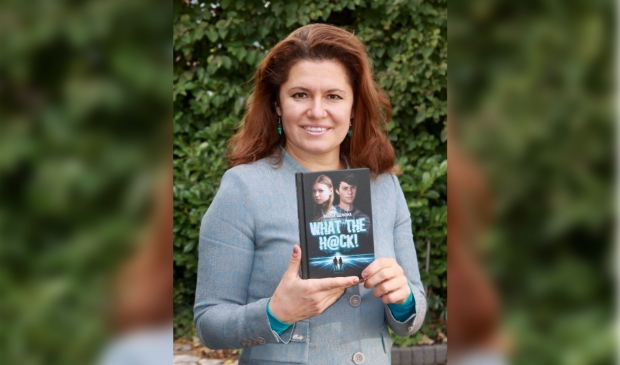 Maria Genova met haar boek 'What the H@ck!'