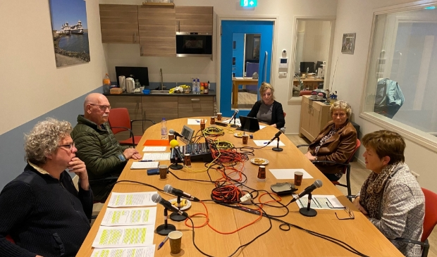 <p>Het debat bij Radio Texel onder leiding van presentator Aad van Gils.</p>