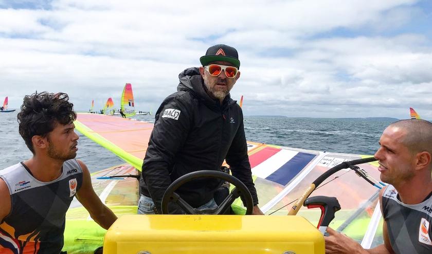 Kiran Badloe en Dorian van Rijsselberghe in de boot bij hun coach Aron McIntosh.
