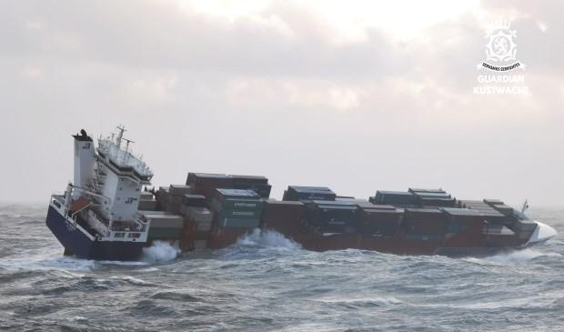 De OOCL Rauma in de storm op zee.