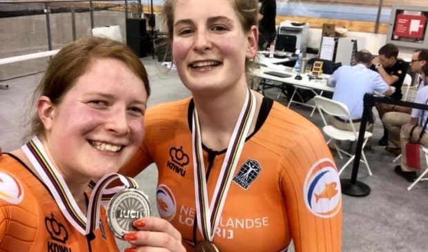 Baanrensters Larissa Klaassen en Imke Brommer pakten zilver in de tijdrit van een kilometer.