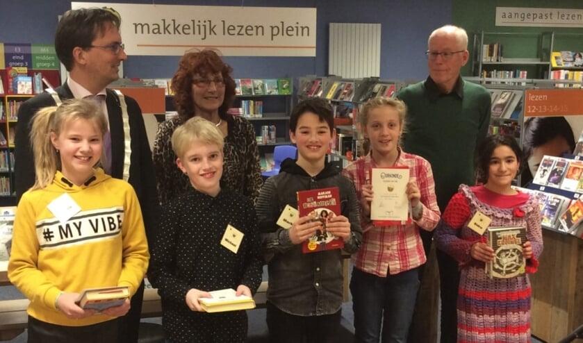 Op de foto vlnr onder: leerlingen Yentl Tuitman, Michael Maas, Mark Amende, Liloe van de Ree en Sidra Zakrya. Vlnr boven: juryleden Michiel Uitdehaag, Rita Penha en Albert Hoven.