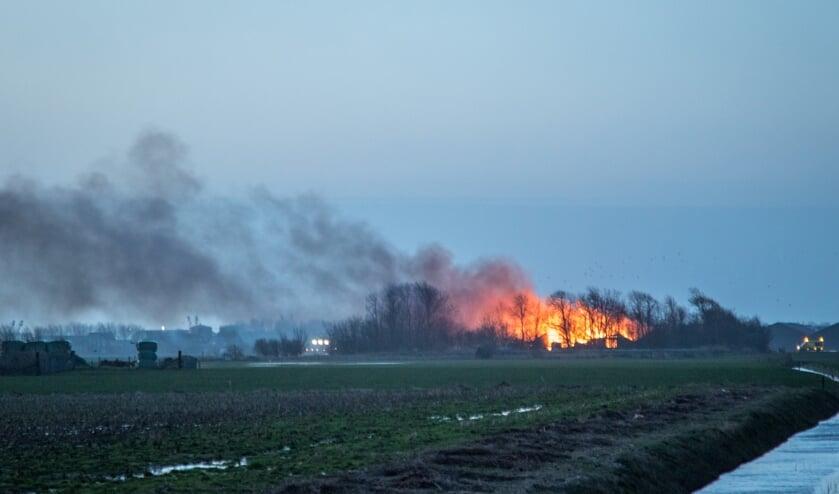 De brand is van grote afstand te zien.