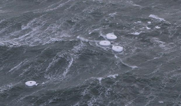 Rollen papier van de Rauma op zee.