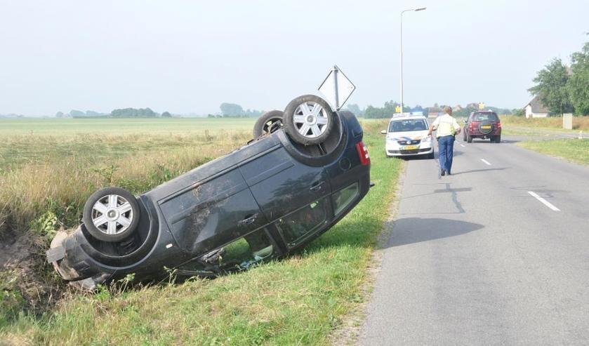 2013: Auto over de kop op de Oosterenderweg. De vraag in hoeverre de gemeente aansprakelijk is bij ongelukken, speelt een rol in het vraagstuk over de maximum snelheid.