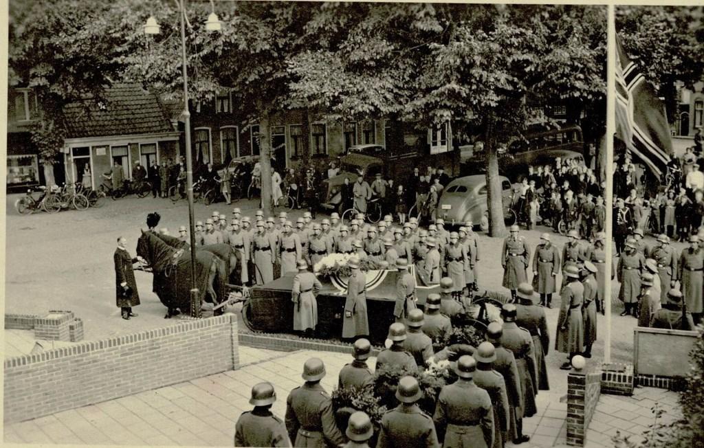 Begrafenisplechtigheid op de Groenepaats van een aangespoelde Duitse soldaat.