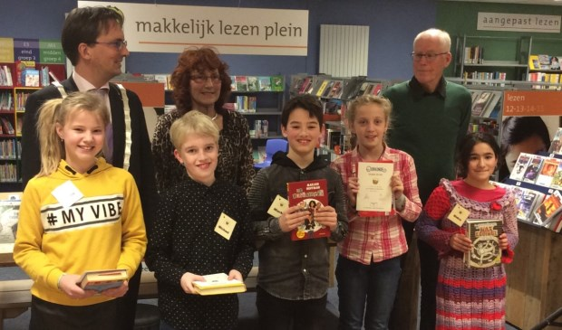 Op de foto staan vlnr: Jury: Michiel UitdeHaag, Rita Penha, Albert Hoven. Leerlingen: Yentl Tuitman, Michael Maas, Mark Amende, Liloe van de Ree, Sidra Zakrya.