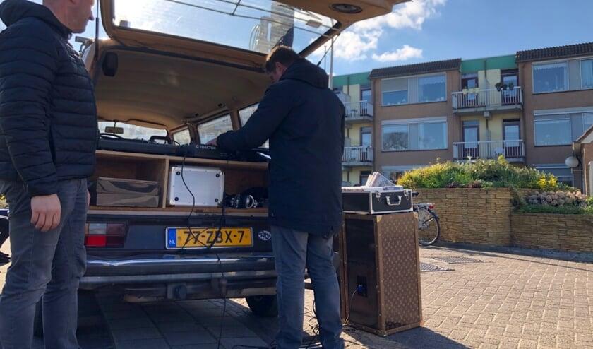 Barry Zegel en Marco van Sambeek draaien muziek bij de Gollards.