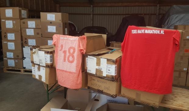 Overgebleven shirts van vorige edities van de Texel Halve Marathon.