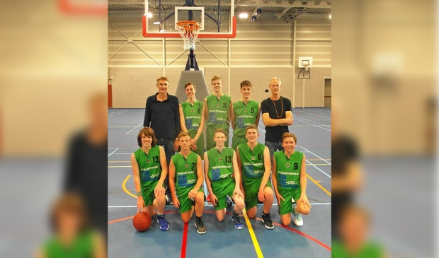 Het winnende basketbalteam De Marels.