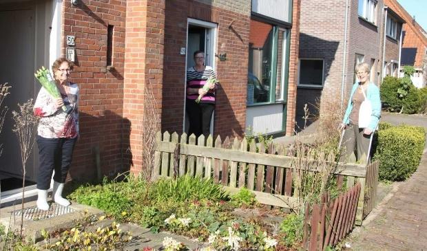 Corrie de Jager van de dorpscommissie van De Waal verrast bewoners met een bos bloemen.