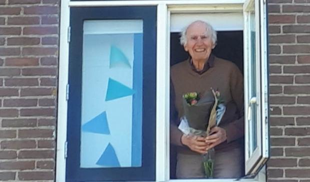 Bloemen voor de jarige Harry Hendriks.