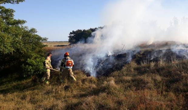 Brandweerlieden bij de bestrijding van de duinbrand.