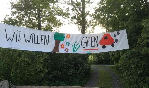 """Dayenne en Dilaya maakten het spandoek met deze tekst: """"Wij willen bomen, bloemen en gras! Geen uitlaatgas""""."""