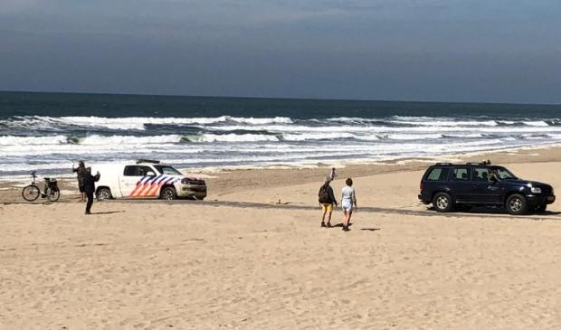 De politiewagen op het strand bij Paal 17.