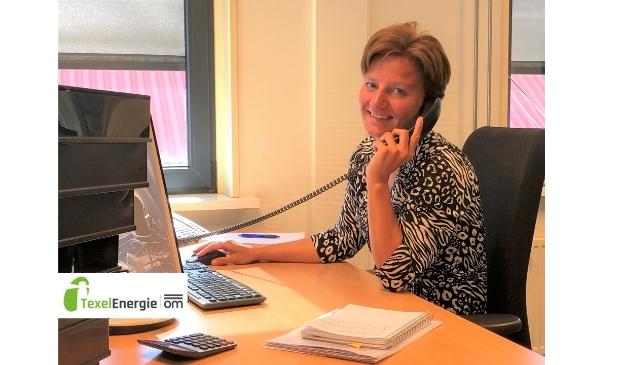 Monique Krijnen-de Ridder is op kantoor aanspreekpunt van energiecoöperatie TexelEnergie
