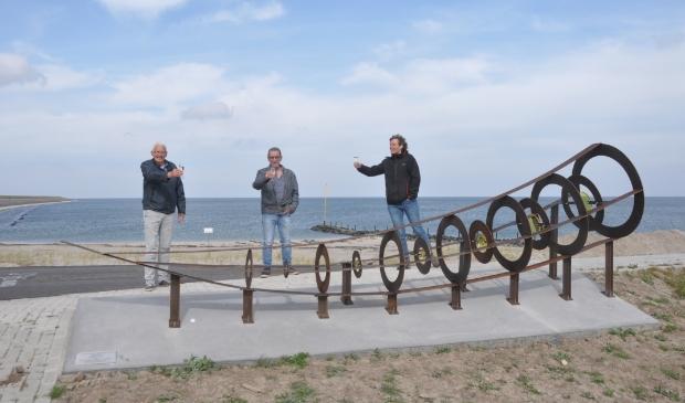 Jan Beijert (Texelfonds), Chris Otten en Paulien Valk toosten op het nieuwe kunstwerk van Oudeschild.