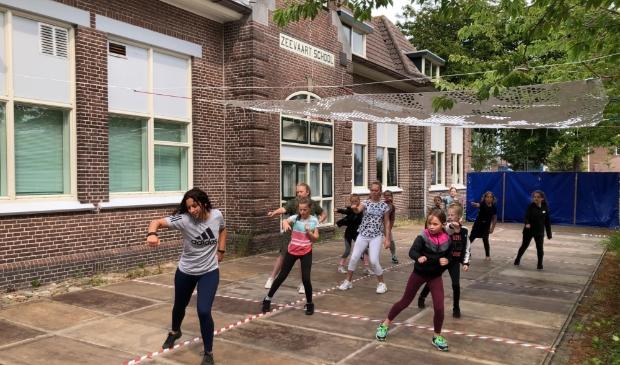 <p>Buitendansen bij Artex in juni, onder directeur Sander Boschma (foto: Gerard Krol).</p>