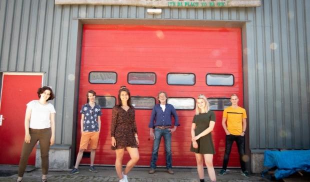 Esmée Pieters en Myrthe Rump met de rest van 'de band'.