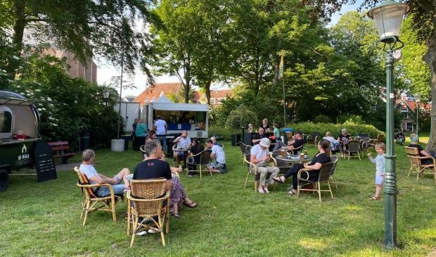 <p>Terras in het park in Den Burg afgelopen zomer.</p>